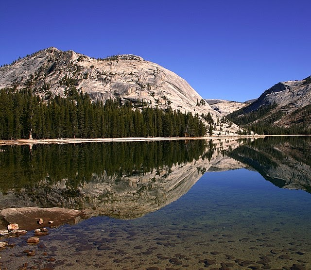 Mountains and a lake in Yosemite National Park.