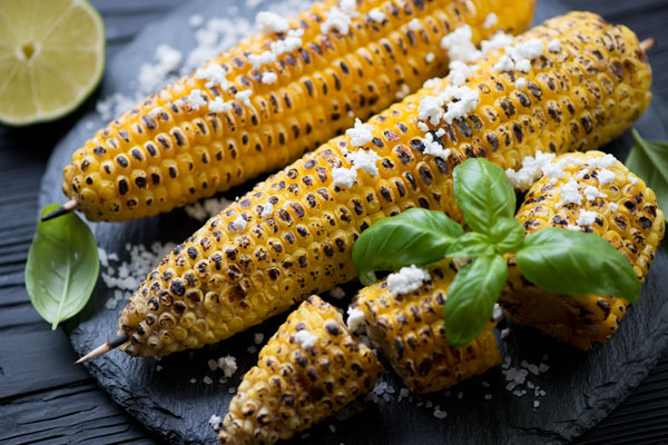 A plate of corn on the cob.